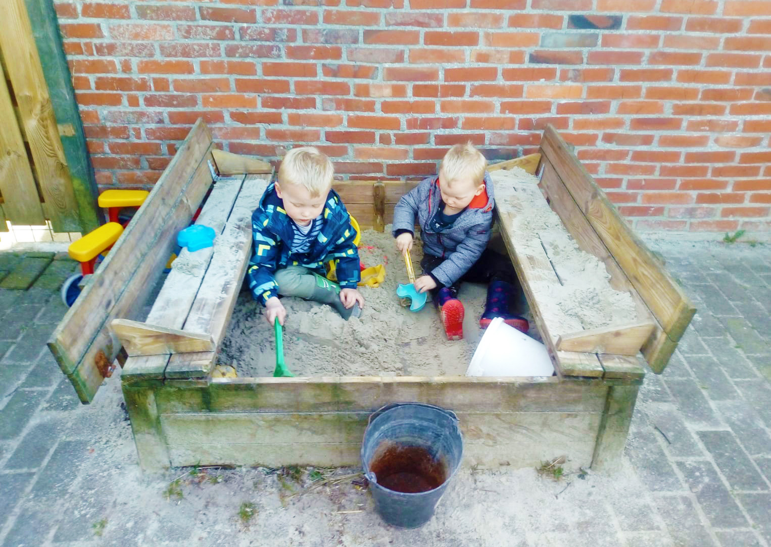 Peuters zandbak spelen buiten gastouder Nuis Westerkwartier